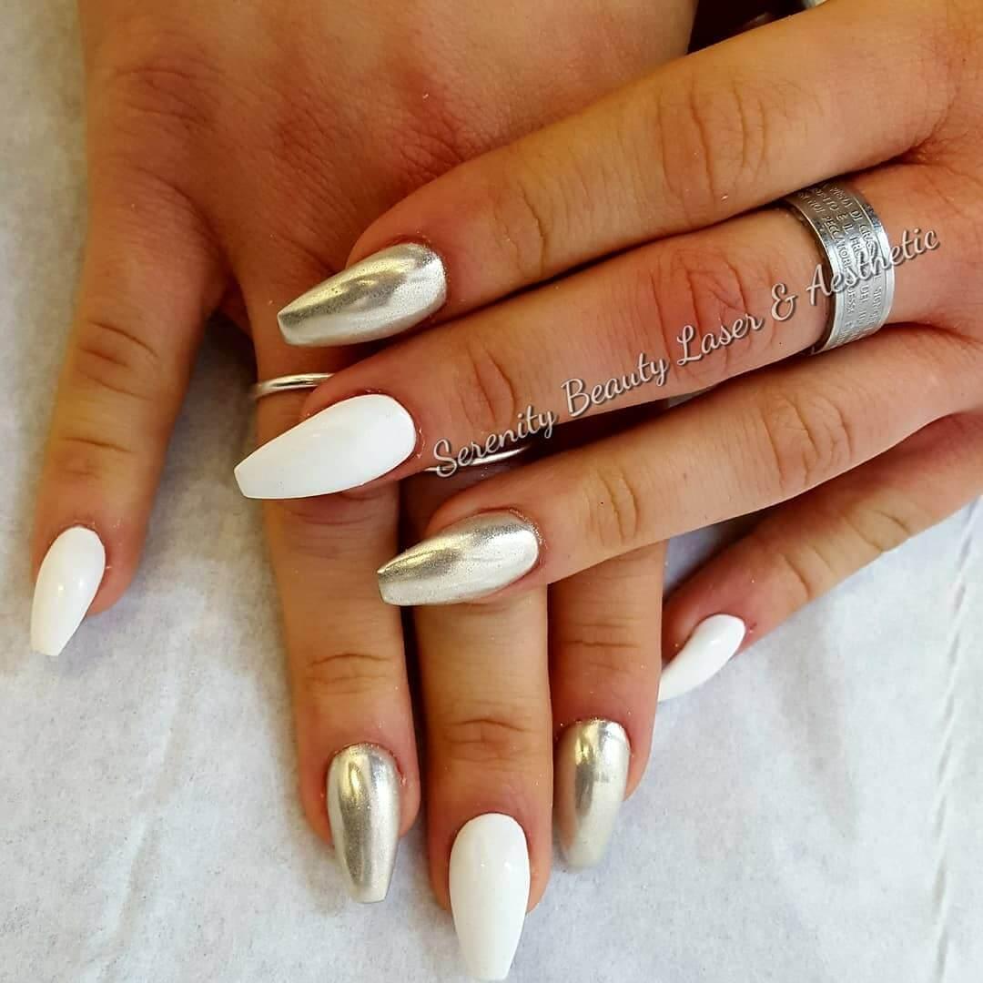 uñas efecto espejo plata con blanco