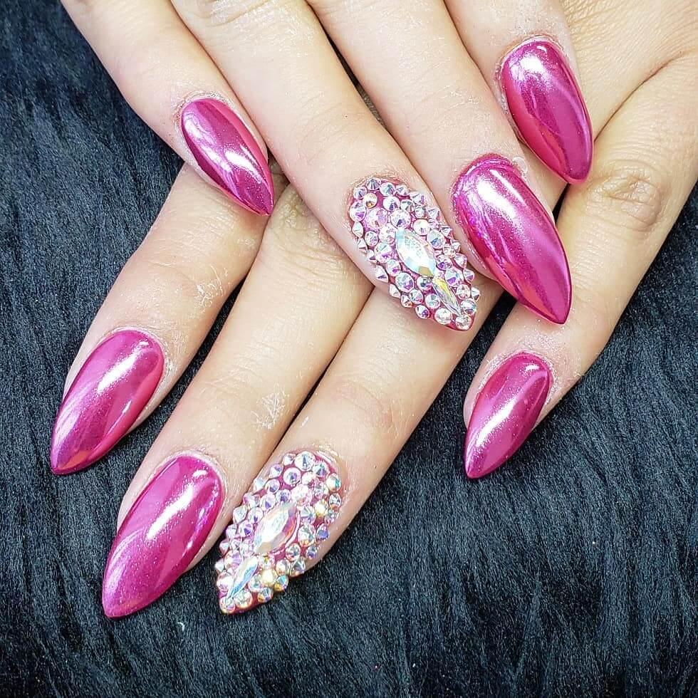 uñas efecto espejo rosa con piedras