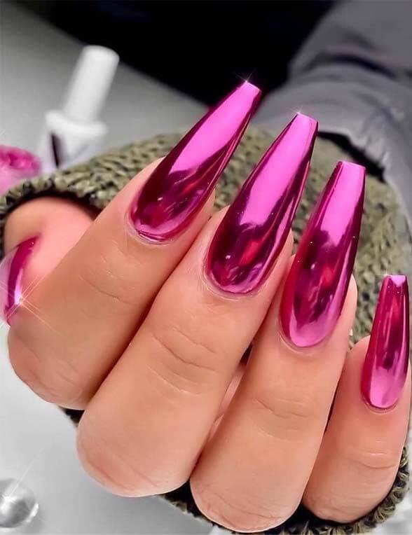 uñas efecto espejo rosa o fucsia