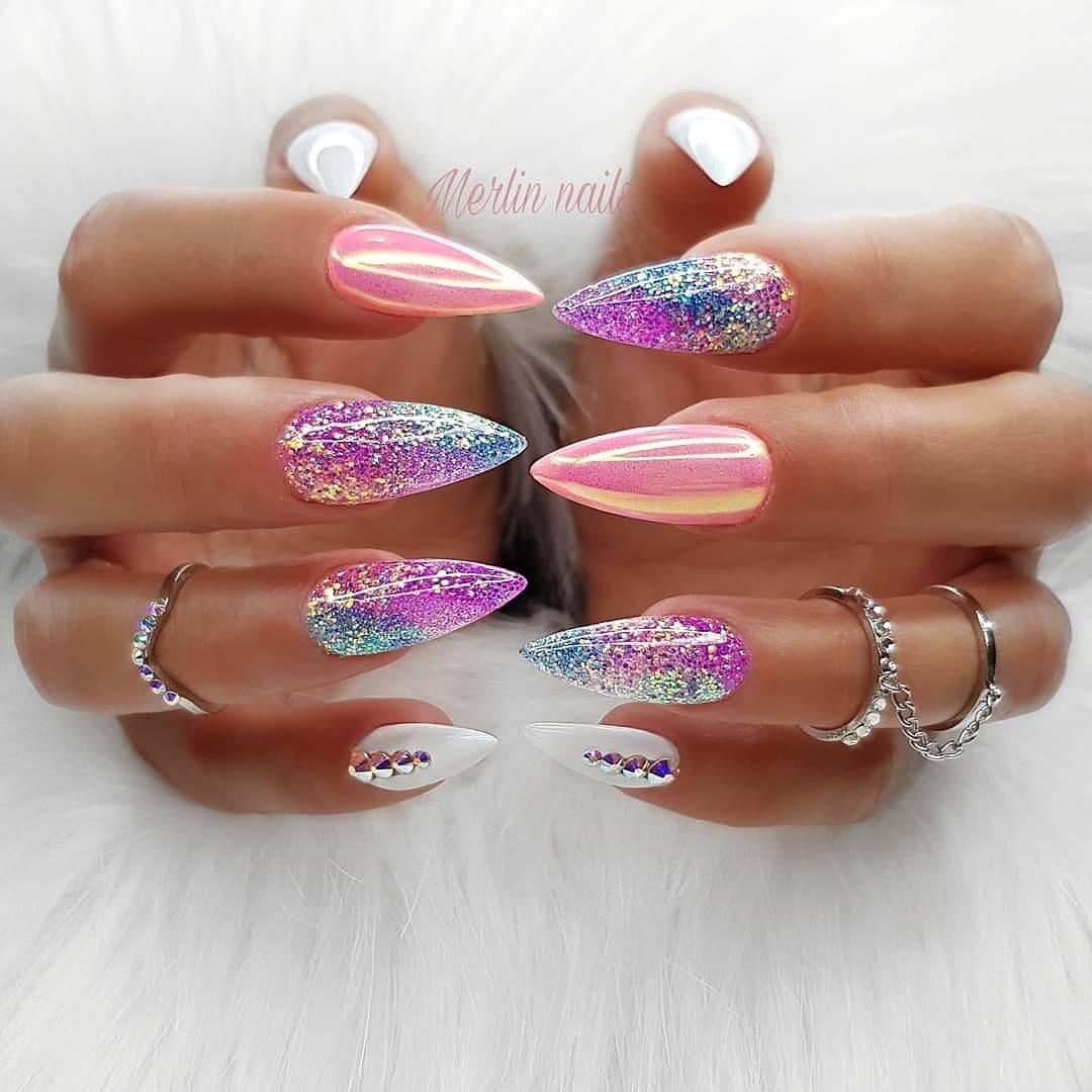 uñas espejo rosa con brillos y blanco