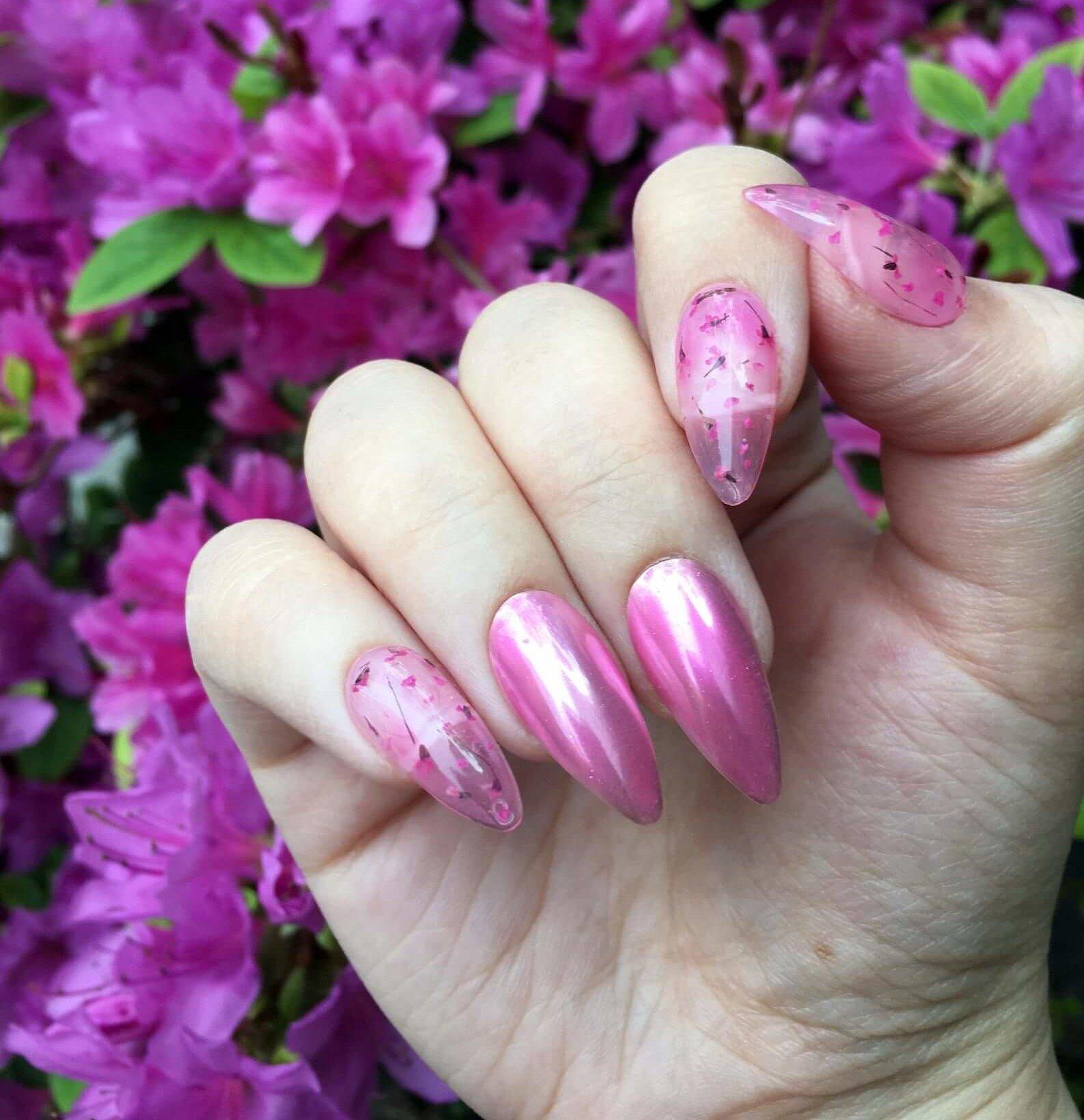 uñas espejo rosa con flores