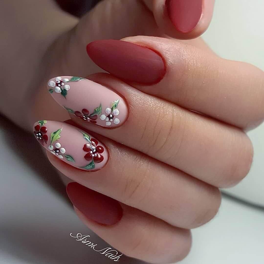 diseño de uñas con flores elegantes