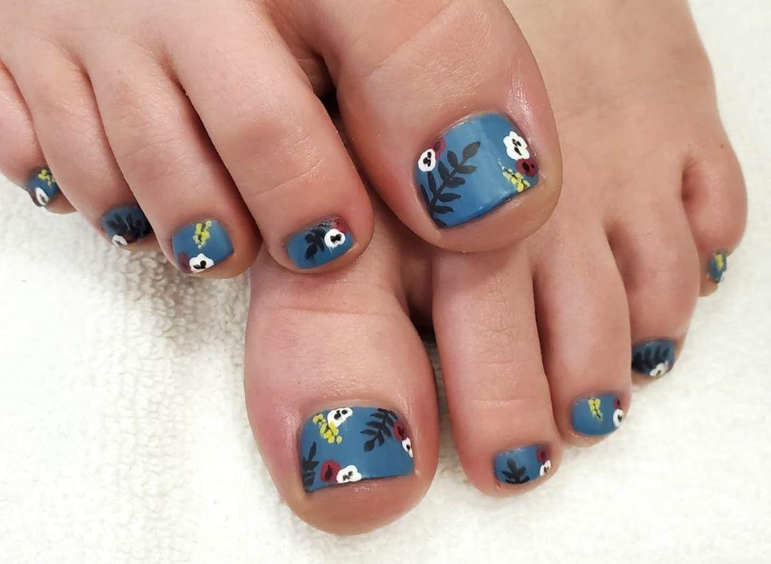 diseño de uñas con flores para pies