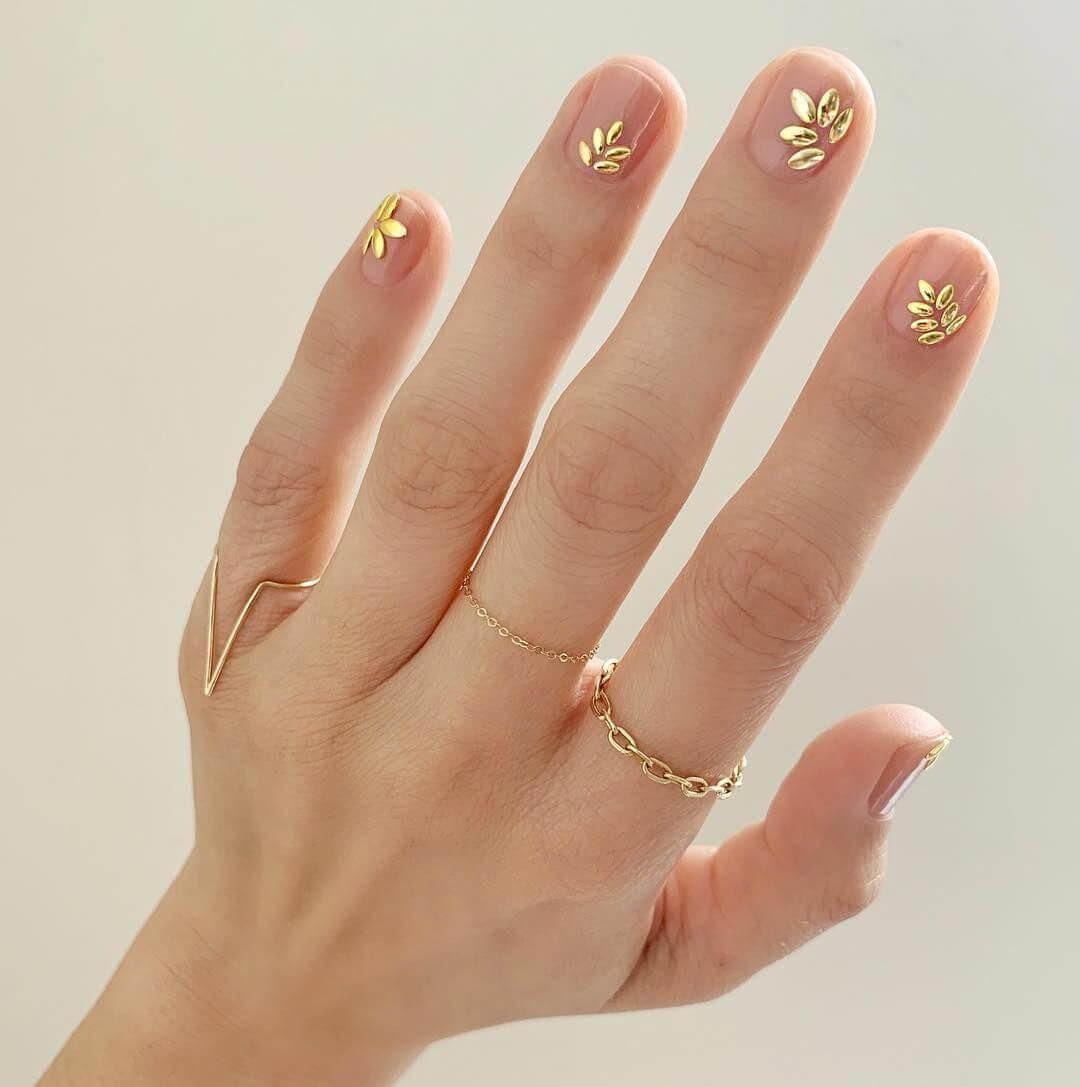uñas con flores doradas