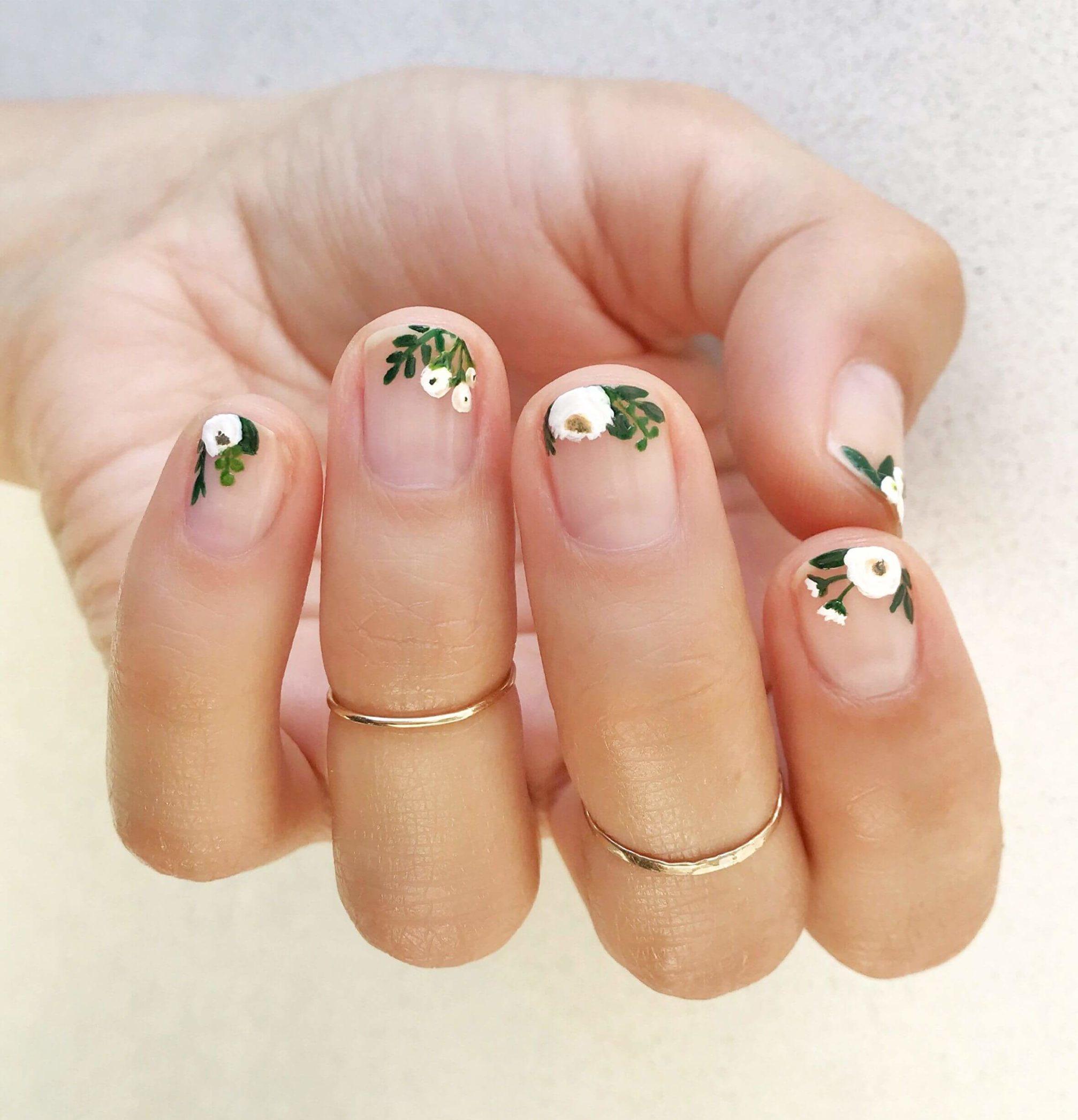 uñas con flores estilo francesa
