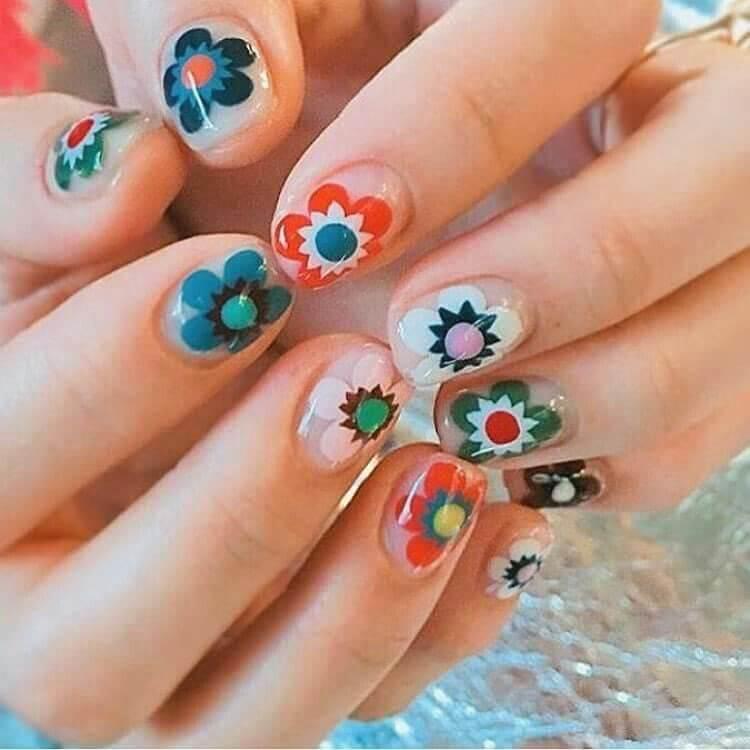 uñas decoradas con flores estilo mandala