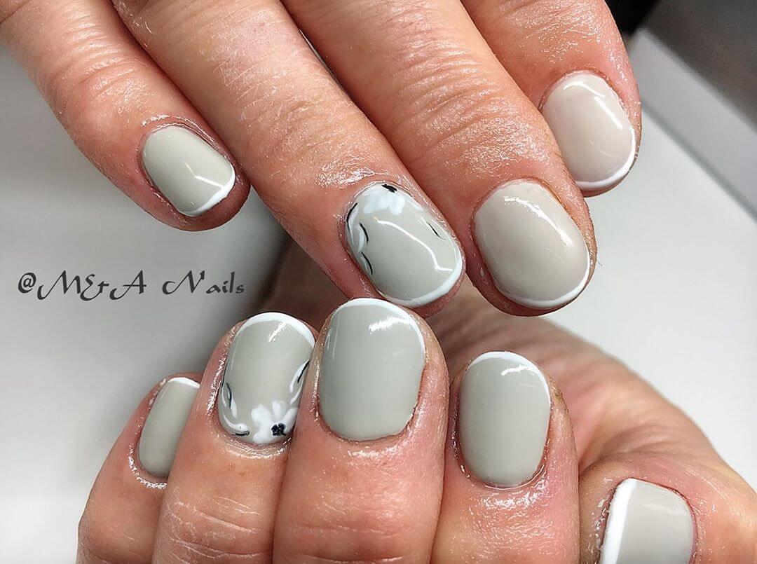 uñas gris claro con flores y francesa blanca