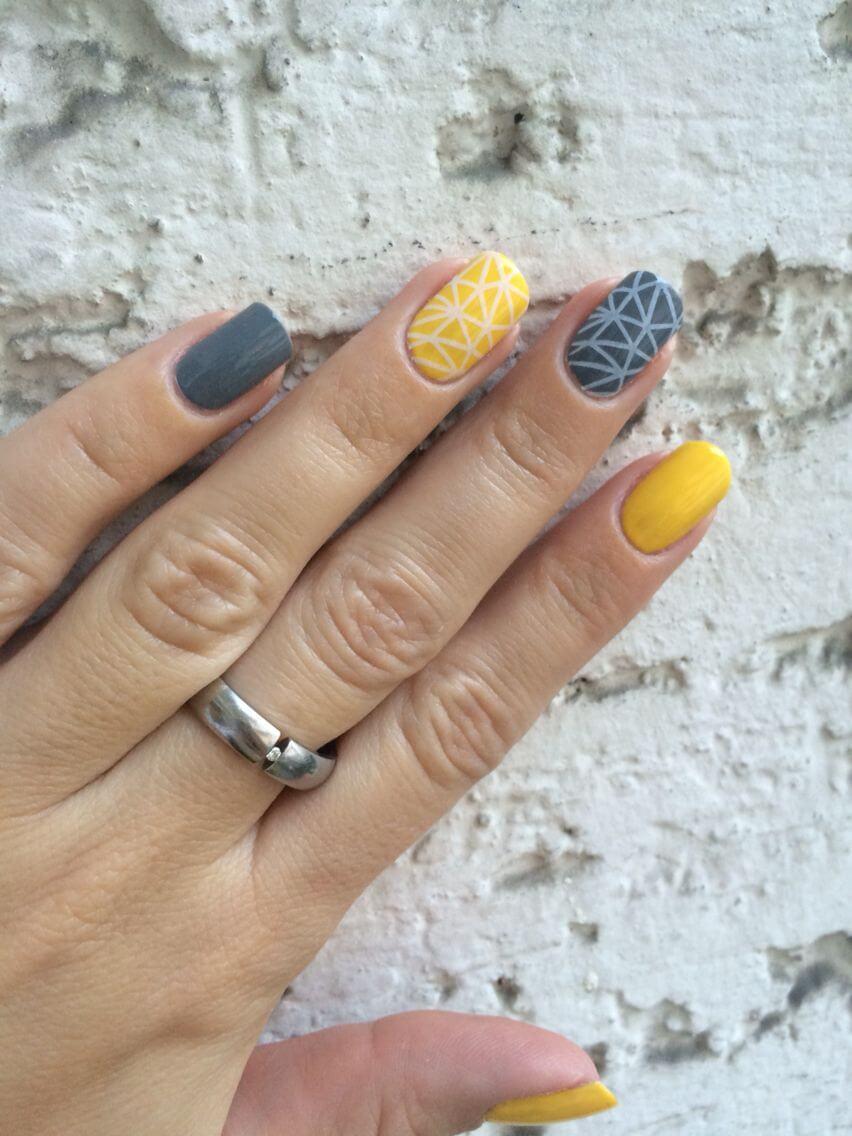 uñas gris y amarillo