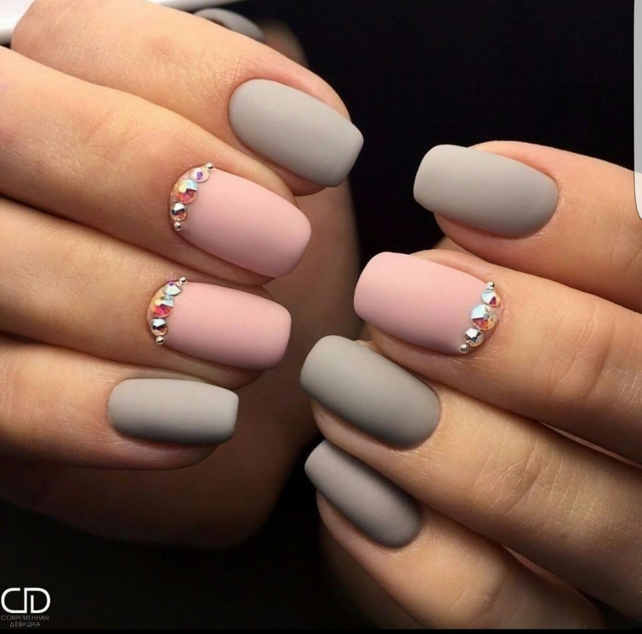 uñas gris y rosa