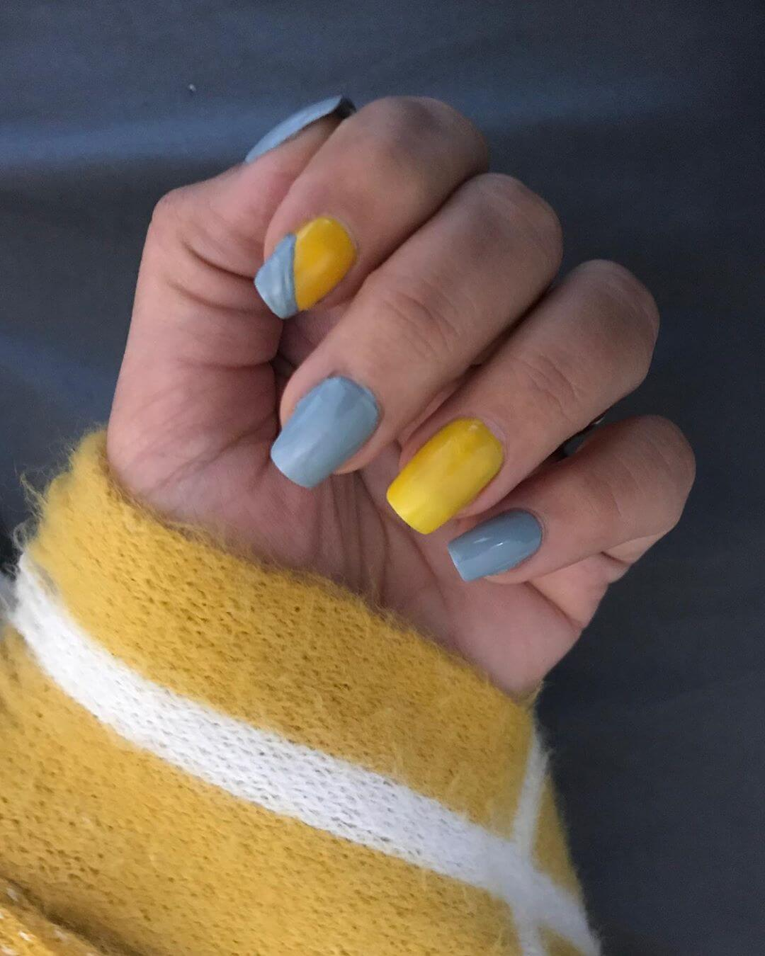 uñas grises con amarillo