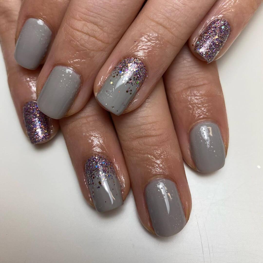 uñas grises con brillos