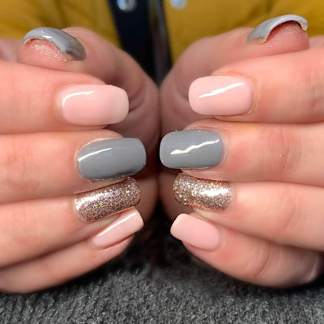 uñas grises con dorado y nude