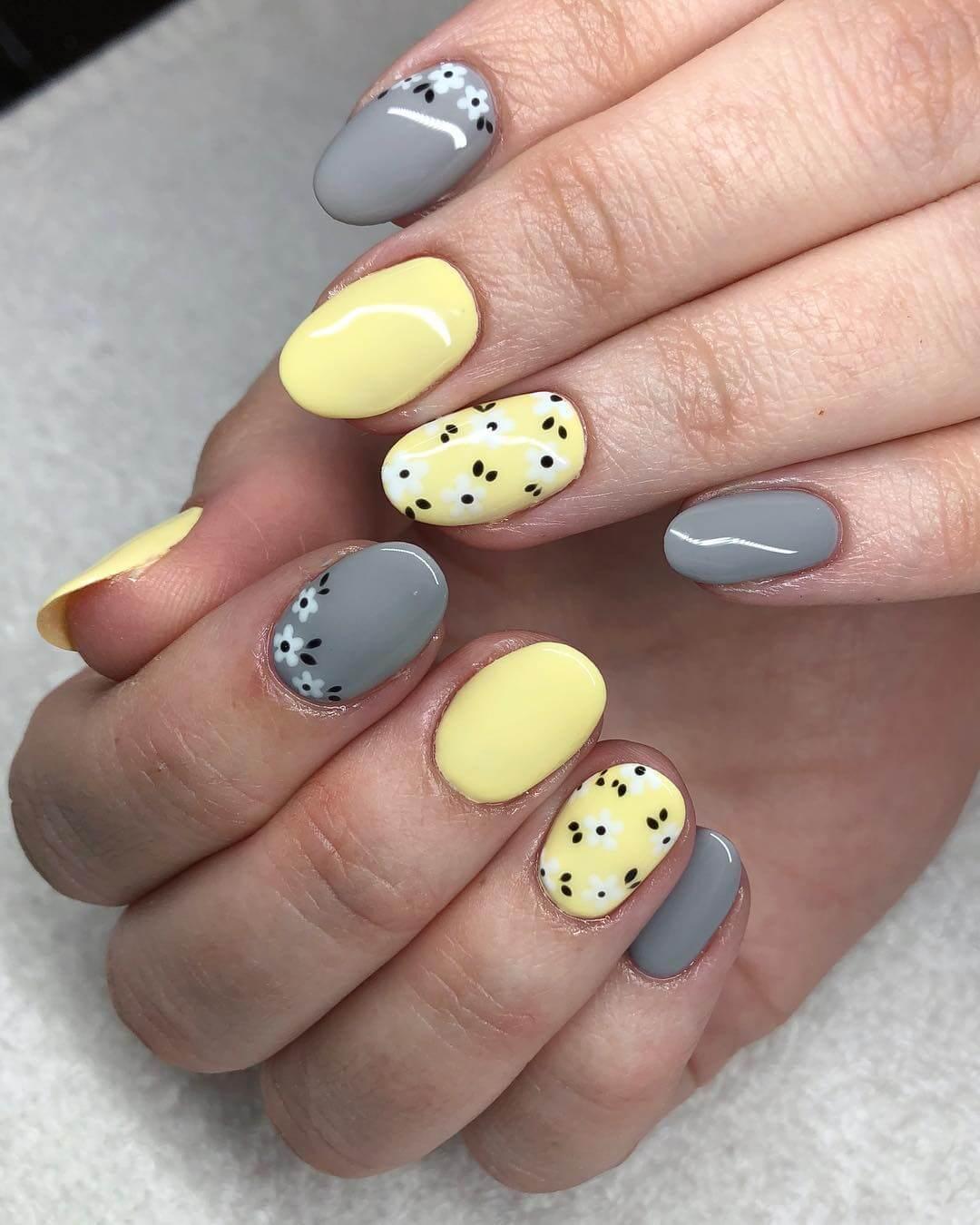 uñas grises y amarillas con flores