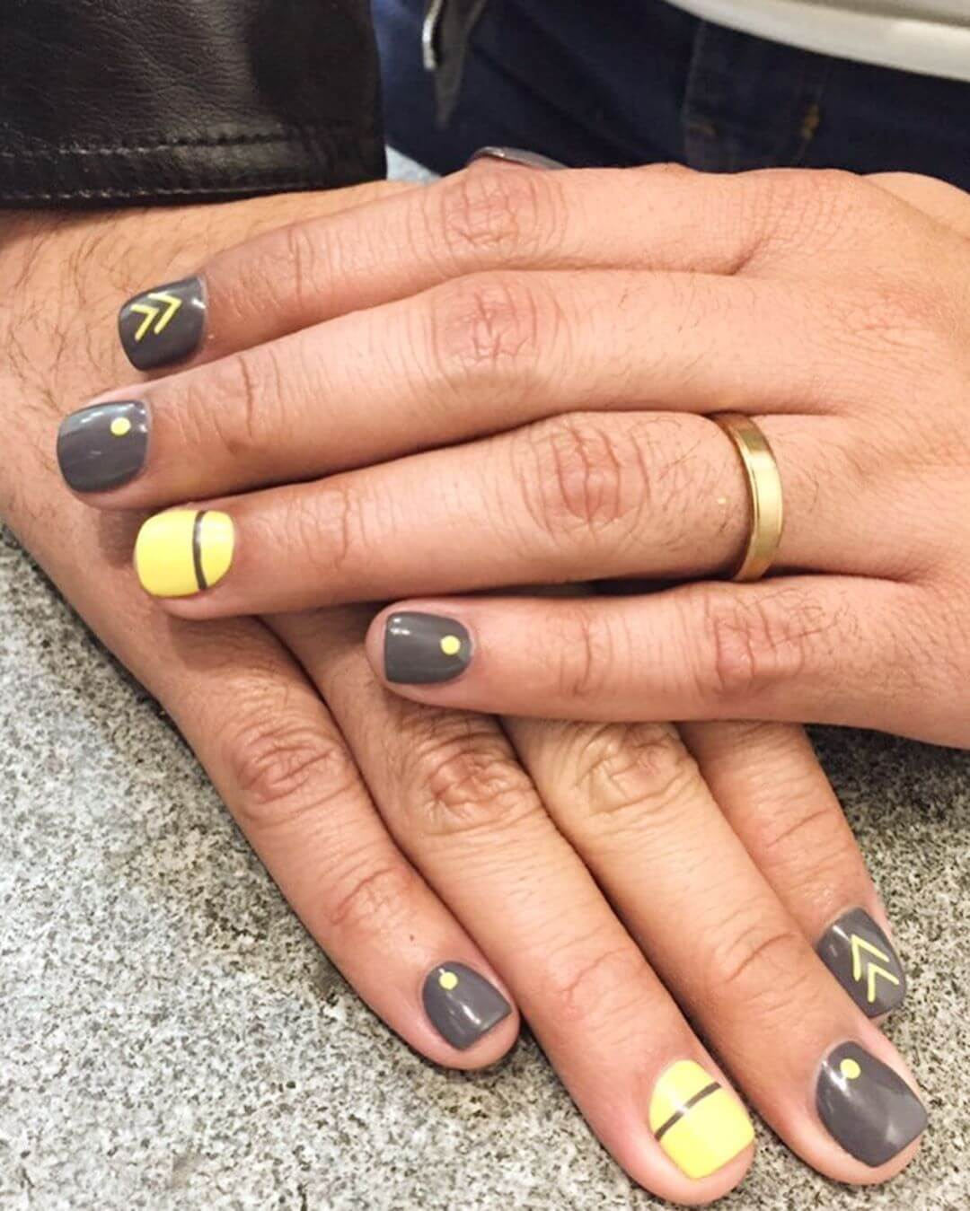 uñas grises y amarillo