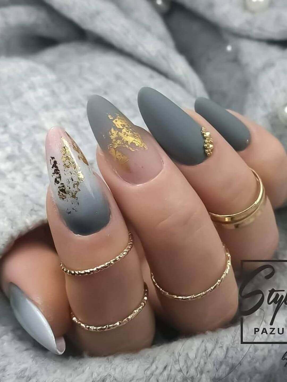 uñas grises y doradas